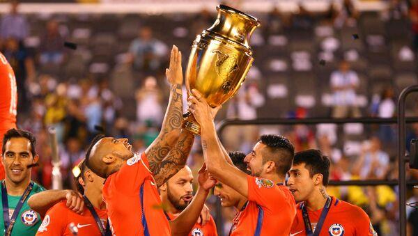 Jugadores chilenos celebran el histórico segundo título en la Copa América contra el combinado nacional argentino. - Sputnik Mundo