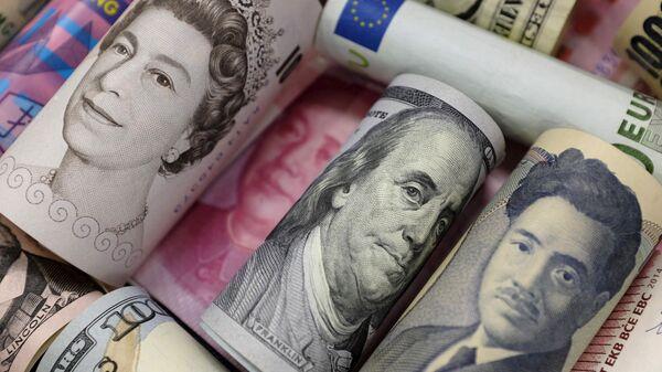 Billetes de euro, dólares hongkones y estadounidenses, libras y yuanes - Sputnik Mundo