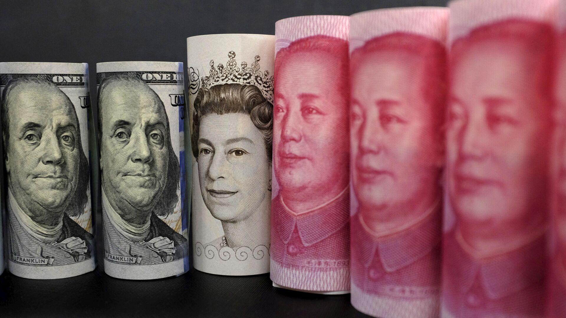 Billetes de dólares estadounidenses, libras y yuanes - Sputnik Mundo, 1920, 07.07.2021