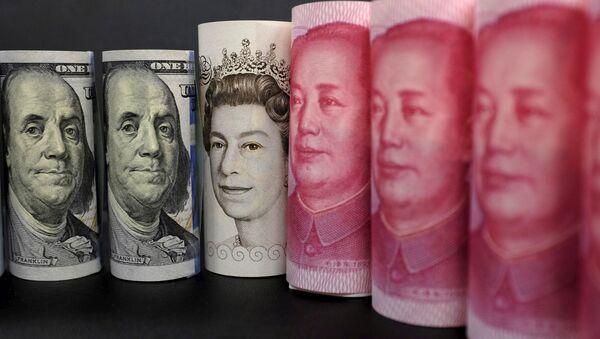 Billetes de dólares estadounidenses, libras y yuanes - Sputnik Mundo