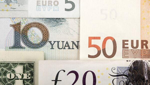 Billetes de euro y yuanes - Sputnik Mundo
