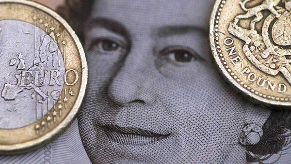 Libras esterlinas y euros - Sputnik Mundo