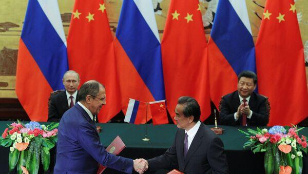 Presidente ruso, Vladímir Putin y presidente chino Xi Jiping, y los cancilleres de Rusia y China - Sputnik Mundo
