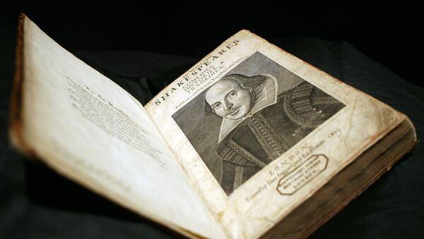 Un libro de las obras de Shakespeare - Sputnik Mundo