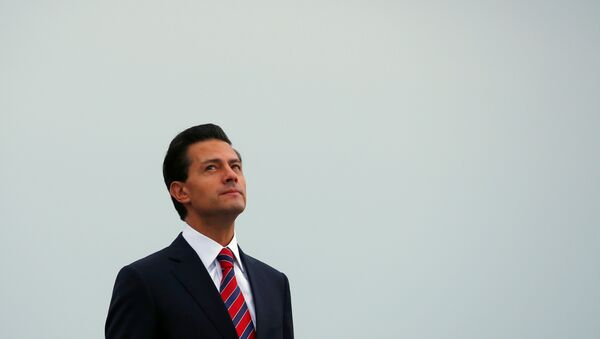 Mexico's President Enrique Pena Nieto looks on at the Citadelle in Quebec City - Sputnik Mundo