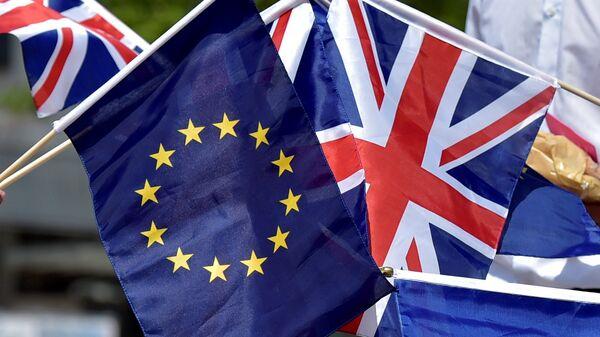 Las banderas de la UE y el Reino Unido - Sputnik Mundo