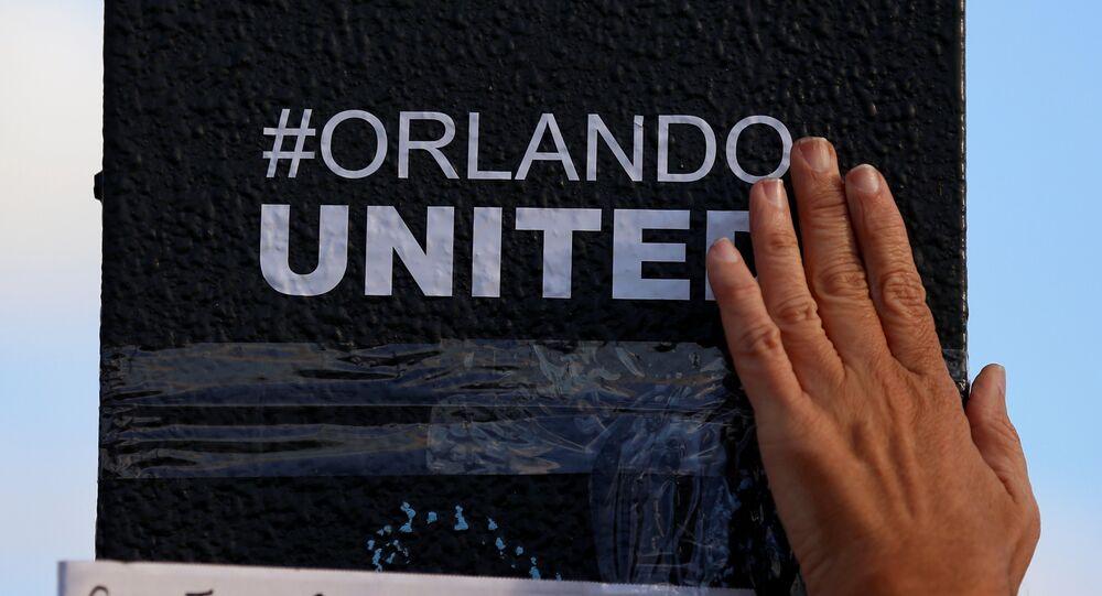 La gente rinde homenaje a las víctimas del atentado en Orlando
