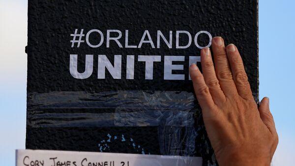 La gente rinde homenaje a las víctimas del atentado en Orlando - Sputnik Mundo