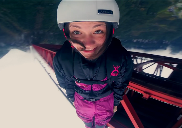 Una paracaidista rusa salta de un puente a pesar de la prohibición policial