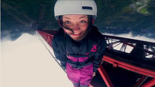 Una paracaidista rusa salta de un puente a pesar de la prohibición policial - Sputnik Mundo