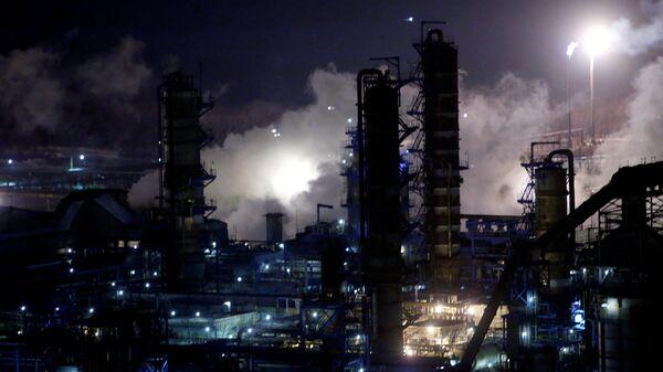 A general view of the Bashneft-Ufaneftekhim oil refinery is seen outside Ufa, Bashkortostan, January 29, 2015.  - Sputnik Mundo