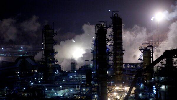 Una refinería de petróleo en Rusia - Sputnik Mundo