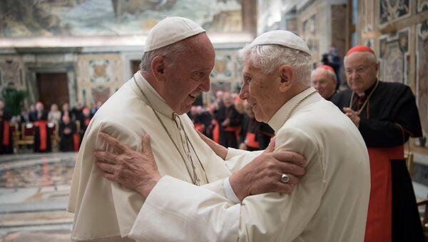 El papa Francisco invitó a Benedicto XVI a una ceremonia para celebrar los 65 años de la ordenación sacerdotal del pontífice emérito, el martes 28 de junio, en el Vaticano. - Sputnik Mundo
