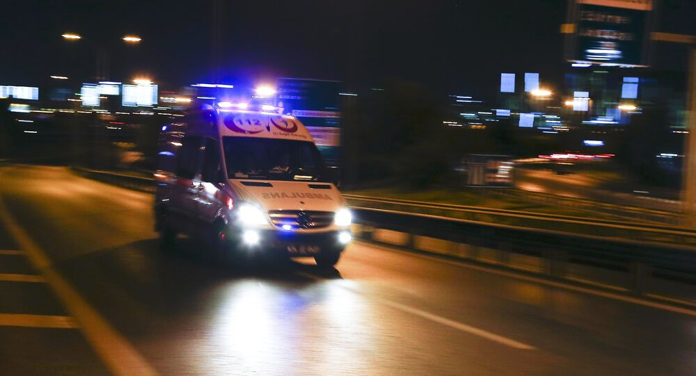 Ambulancia llegando al aeropuerto de Estambul tras las explosiones