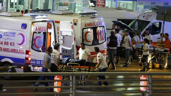 Los médicos trabajan en el sitio de las explosiones en el aeropuerto Ataturk - Sputnik Mundo