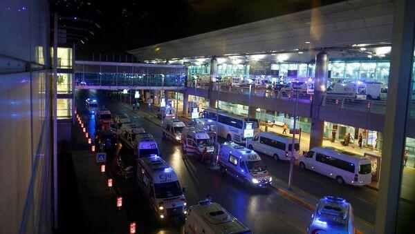 Los médicos llegan al aeropuerto Ataturk en Estambul - Sputnik Mundo