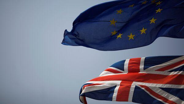 Banderas de la UE y del Reino Unido - Sputnik Mundo