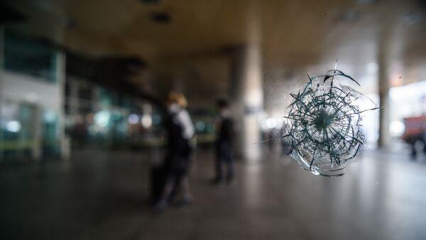 Impacto de una bala en el aeropuerto Ataturk - Sputnik Mundo