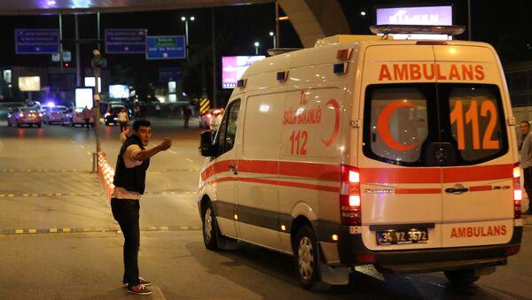 Una ambulancia cerca del lugar del atentado en Estambul - Sputnik Mundo