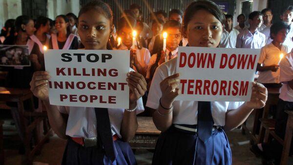 Niñas de una escuela con carteles en apoyo de las víctimas del atentado terrorista en el aeropuerto Ataturk - Sputnik Mundo