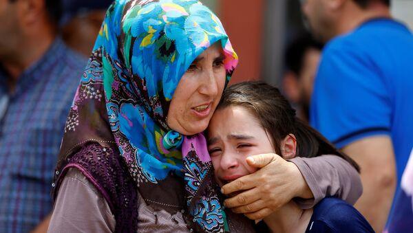 Las familiares de una víctima del atentado en Estambul - Sputnik Mundo