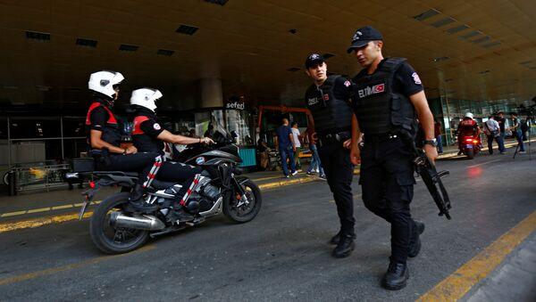 Patrulla policial en frente del aeropuerto  Ataturk - Sputnik Mundo