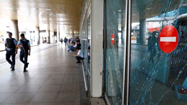 Policías en el aeropuerto Ataturk tras el atentado - Sputnik Mundo