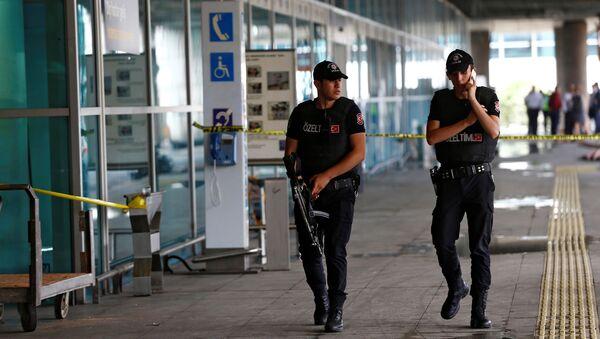 Policias patrullan el aeropuerto de Ataturk en Estambul, 29 de junio del 2016. - Sputnik Mundo
