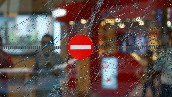 A broken window is seen at Turkey's largest airport, Istanbul Ataturk, Turkey, following yesterday's blasts June 29, 2016. - Sputnik Mundo