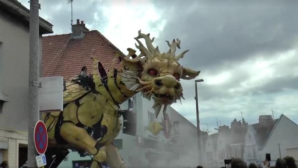 Un dragón camina por las calles de Calais - Sputnik Mundo