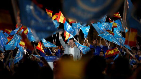 Mariano Rajoy, actual presidente en funciones y líder del Partido Popular,  y los partidarios del PP - Sputnik Mundo