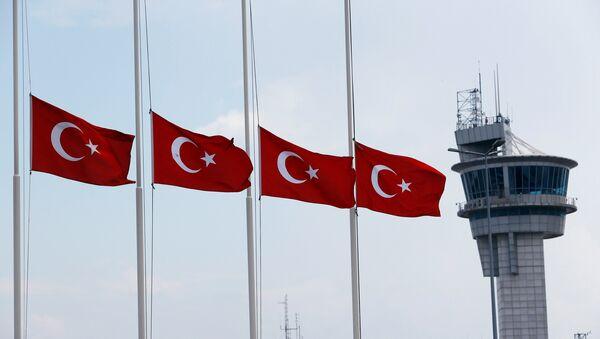 Las banderas de Turquía en el aeropuerto Ataturk - Sputnik Mundo