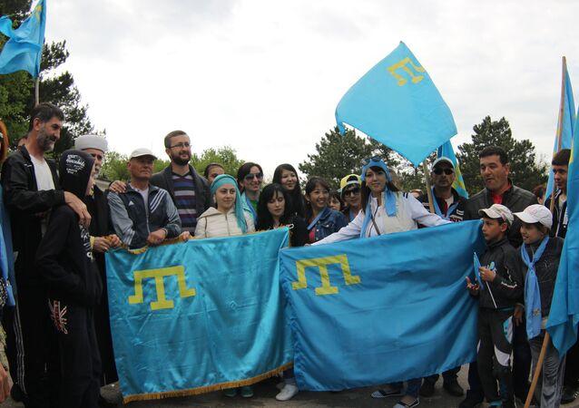 Gente con banderas de los tártaros de Crimea