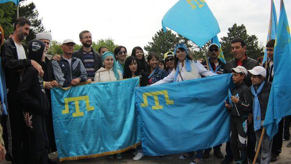 Gente con banderas de los tártaros de Crimea - Sputnik Mundo