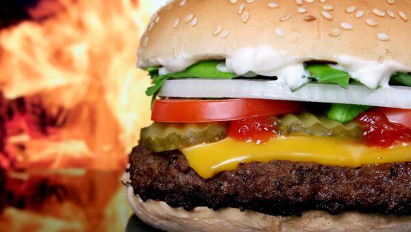 Una hamburguesa (archivo) - Sputnik Mundo