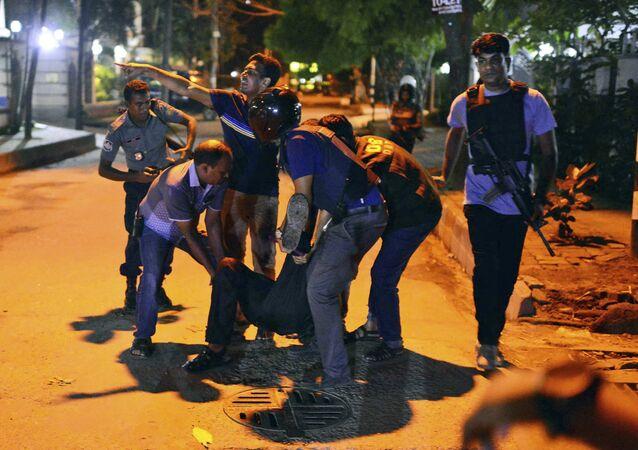 Policías en Daca