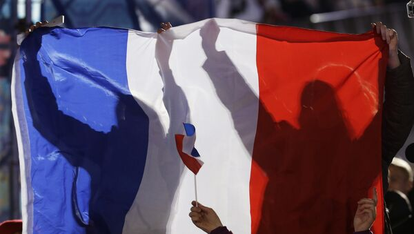 French fans hold their national flag while cheering for France's medalists in the men's skicross during their medals ceremony at the 2014 Winter Olympics, Thursday, Feb. 20, 2014, in Sochi, Russia. - Sputnik Mundo