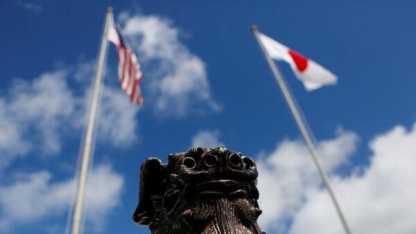 Banderas de EEUU y Japón en Okinawa - Sputnik Mundo