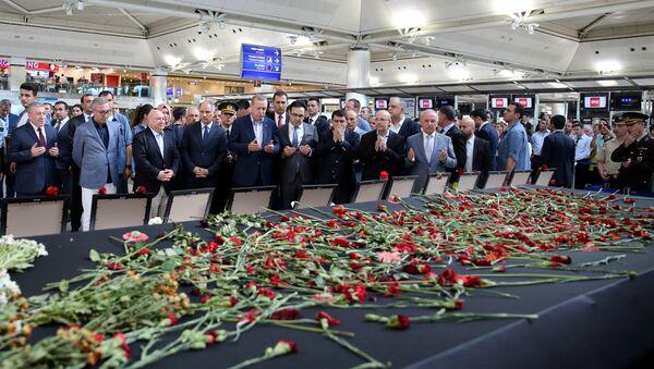 Recep Tayyip Erdogan, presidente de Turquía, rezando en el aeropuerto Ataturk tras el atentado - Sputnik Mundo
