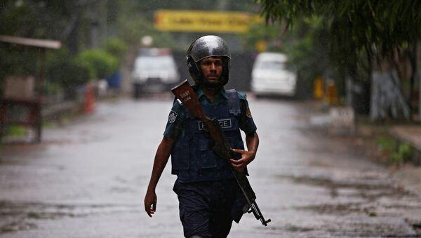 Un policía cerca del lugar del atentado en Daca, Bangladés - Sputnik Mundo