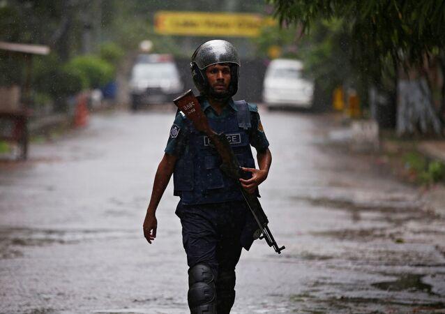 Un policía cerca del lugar del atentado en Daca, Bangladés