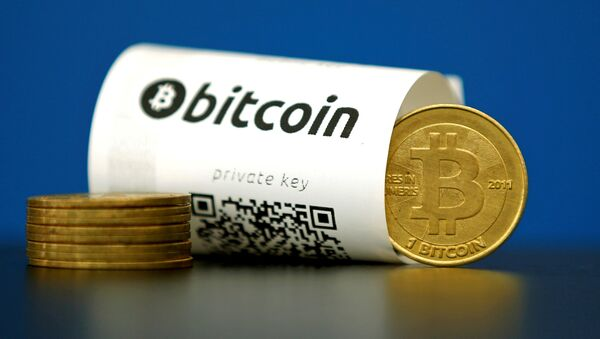 An illustration photo shows a Bitcoin (virtual currency) paper wallet with QR codes and a coin - Sputnik Mundo