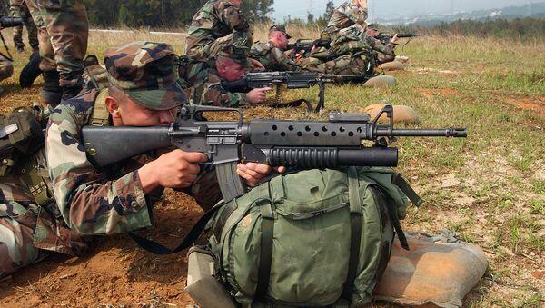 Militares estadounidenses con M16A2 - Sputnik Mundo