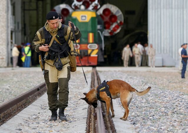 El policía con el perro rastreador (archivo)
