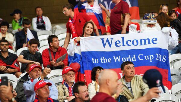 Hinchas con la bandera de Rusia y la inscripción: Bienvenidos al Mundial de Fútbol 2018 - Sputnik Mundo