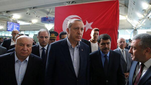 Recep Tayiip Erdogan, el presidente de Turquía, en el aeropuerto Ataturk en Estambul - Sputnik Mundo