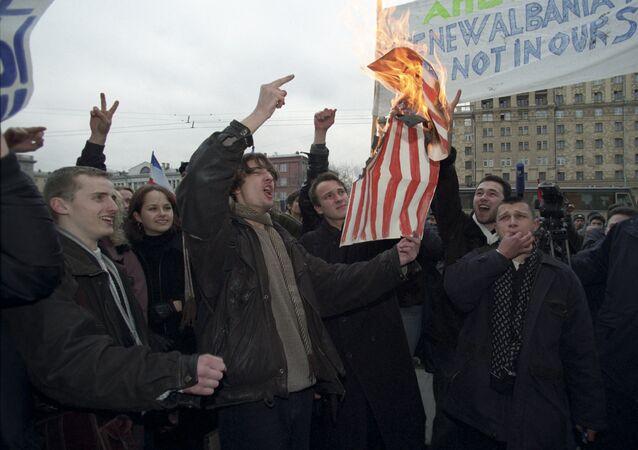 Protesta frente a la embajada de EEUU contra las acciones de la OTAN en Yugoslavia (1999)