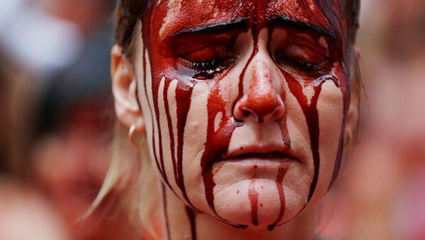 Manifestante cubierta de 'sangre' durante las protestas contra los encierros en las tradicionales celebraciones regionales de San Fermín. Pamplona, España, 5 de julio de 2016. - Sputnik Mundo