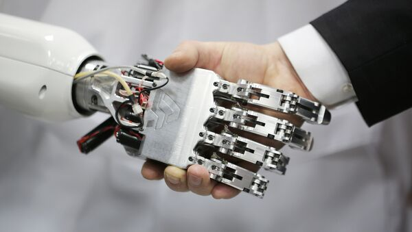 Apretón de manos con un robot - Sputnik Mundo