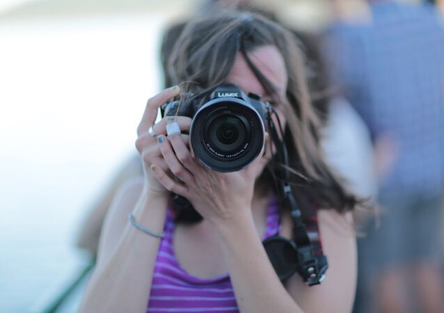 Una mujer saca una foto